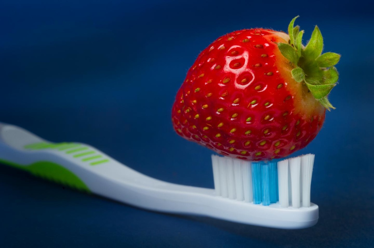 отбелить-зубы-клубникой