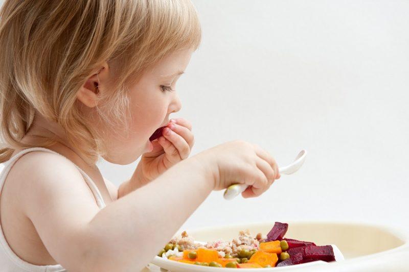 ребенок ест сам в 2 года