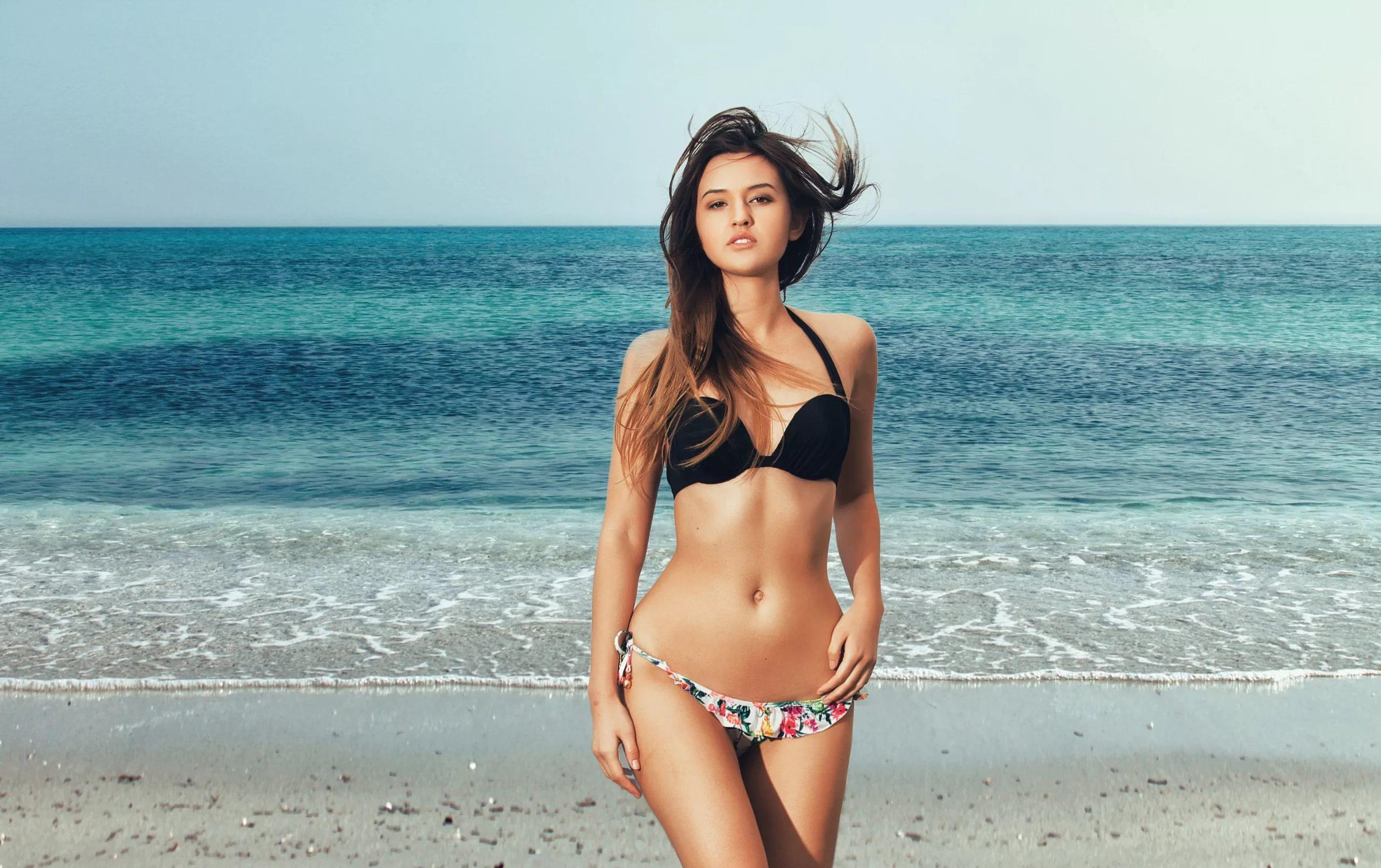 стройная и подтянутая фигура на пляже
