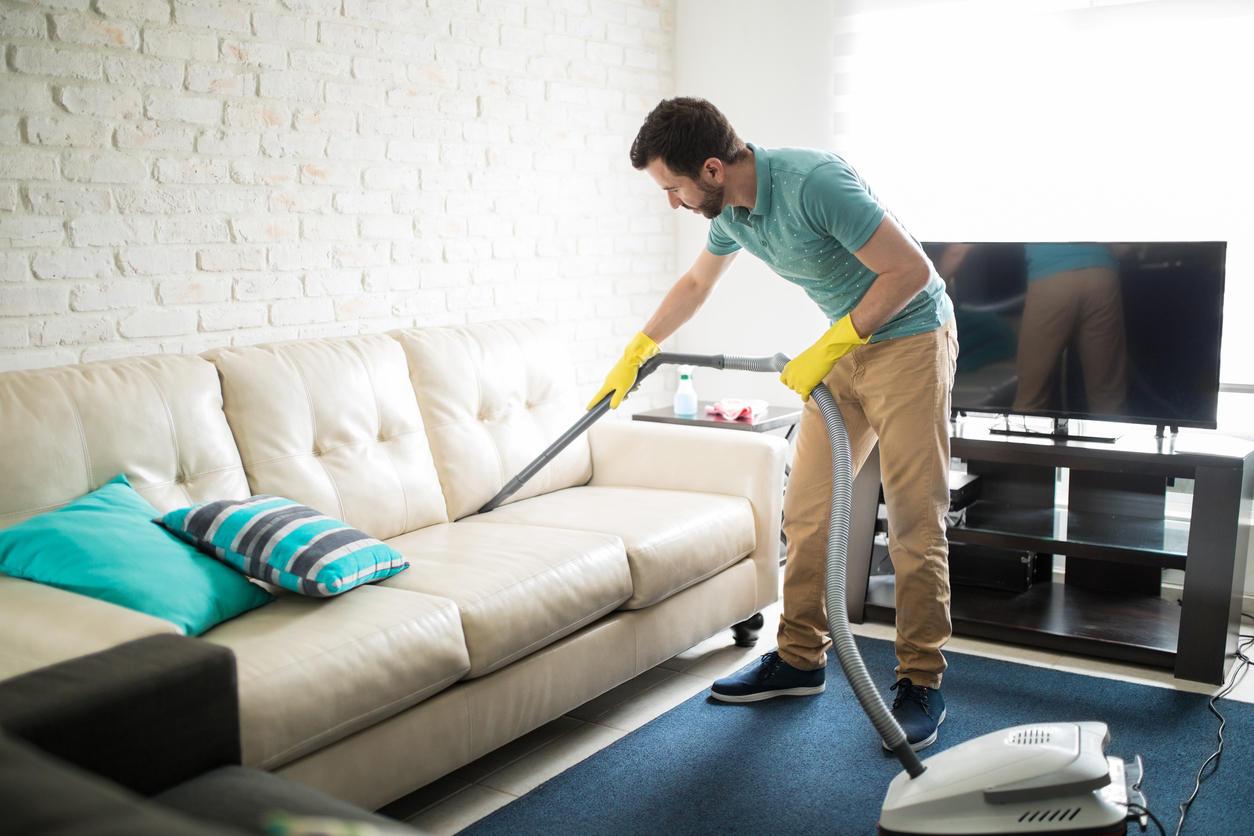 как почистить диван от пятен