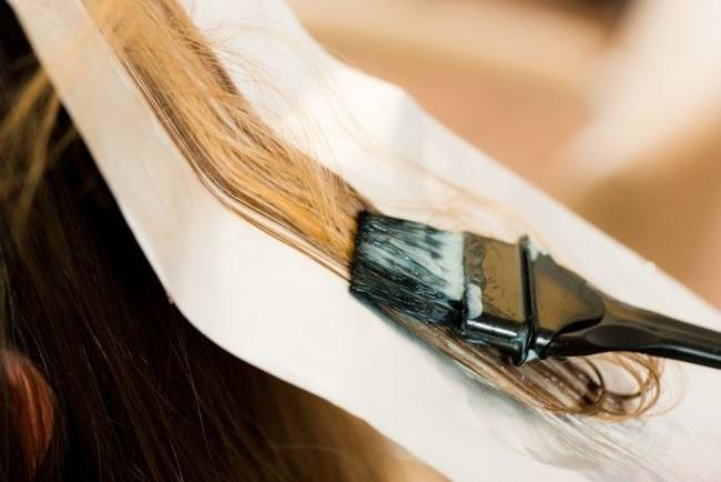 нанесение краски на волосы