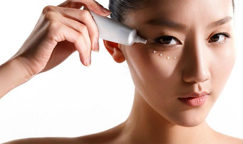 как наносить крем под глаза